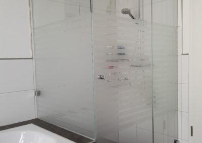 Dekorfolie Streifen an Dusche