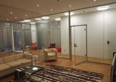 Dekorfolie an Glastrennwände im Bürobereich 1