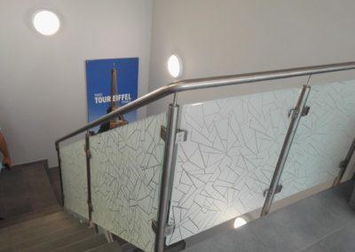 Dekorfolie an einem Treppengeländer